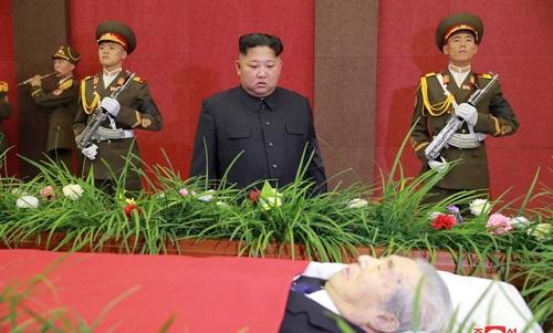 Lãnh đạo Triều Tiên Kim Jong-un viếng ôngJu Kyu-chang. Ảnh: Reuters.