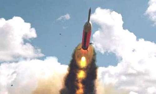 Tên lửa HATM rời bệ phóng trong đợt bắn thử năm 2003. Ảnh: Raytheon.
