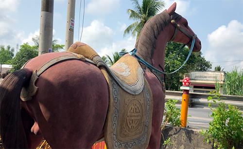 Theo trụ trì chùa, tượng ngựa Xích Thố được đúc năm 1964, trị giá 50 lượng vàng thời điểm đó. Ảnh: Cửu Long