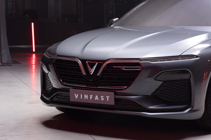 Đầu xe với logo chữ V nổi.