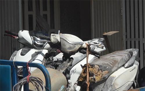 Hai xe máy cháy nhiều chỗ khi Hiền phóng hỏa tự sát. Ảnh: Sơn Hòa.