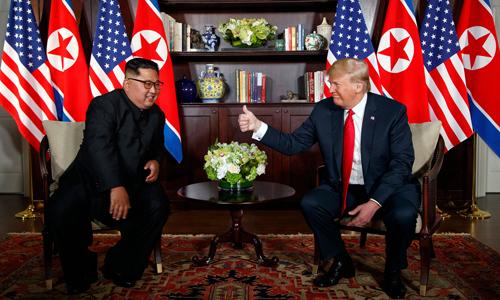 Tổng thống Mỹ Donald Trump (phải) và lãnh đạo Triều Tiên Kim Jong-un tại hội nghị thượng đỉnh hôm 12/6 ở Singapore. Ảnh: AP.