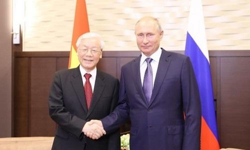 Tổng Bí thư Nguyễn Phú Trọng bắt tay Tổng thống Nga Vladimir Putin trong cuộc gặp hôm nay tại thành phố Sochi. Ảnh: TTXVN.