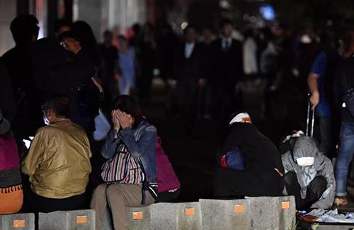 Người dân ở thành phố Sapporo, đảo Hokkaido trong tình trạng mất điện do động đất và sạt lở. Ảnh: Reuters/ Kyodo.