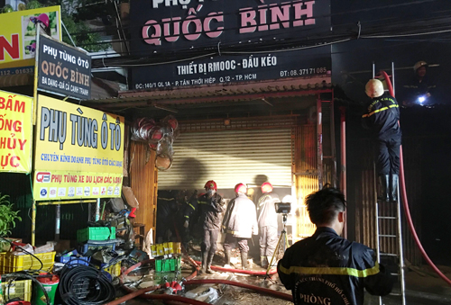 Cảnh sát dập lửa tại hiện trường. Ảnh: Sơn Hòa.