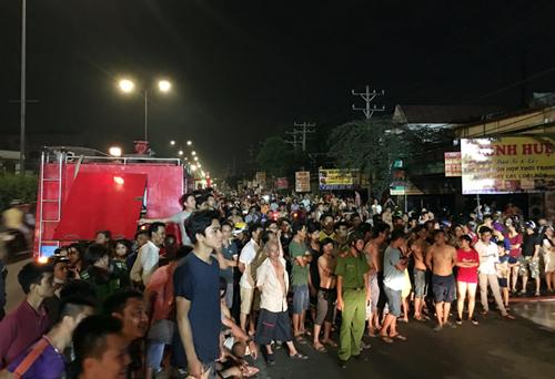 Quốc lộ 1 ùn tắc vì vụ cháy. Ảnh:Sơn Hòa.