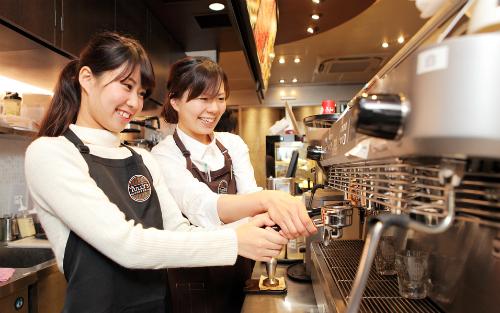Quán cà phê hay cửa hàng quần áo là những nơi sinh viên hay lựa chọn để làm thêm để kiếm thêm thu nhập. Ảnh: Fast Japan