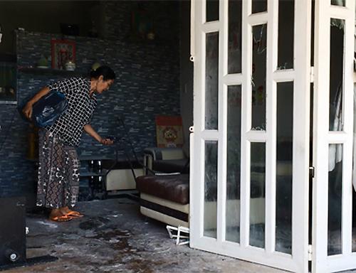 Người thân dọn dẹp căn nhà của vợ chồng Hiền. Ảnh: Sơn Hòa.