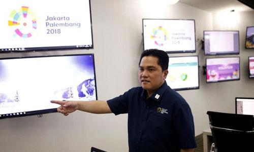 Erick Thohir tại trung tâm chỉ huy của Asiad hôm 7/3. Ảnh: Reuters.