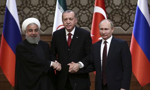 Từ phải qua trái: Tổng thống Nga Putin, Tổng thống Thổ Nhĩ Kỳ Erdogan và người đồng cấp Iran Rouhani bắt tay tại hội nghị hôm nay ở Tehran. Ảnh: Daily Sabah.