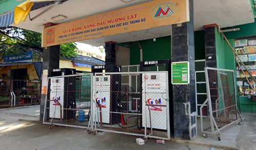Cây xăng duy nhất ở thị trấn Mường Lát đã ngưng bán hàng nhiều ngày nay. Ảnh: Tây Tiến.