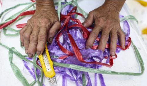 Ngón tay thô sần, đầy vết chai của bà Lan sau hơn 20 năm làm nghề gom phế liệu. Ảnh: SCMP.