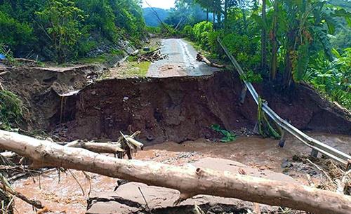 Các tuyến đường đi huyện biên giới Mường Lát bị phá huỷ nhiều điểm và chưa thể thông tuyến. Ảnh: Tây Tiến.