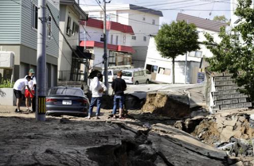 Nhiều tuyến đường và nhà cửa ở Hokkaido bị hư hại nặng nề sau động đất. Ảnh: Reuters.