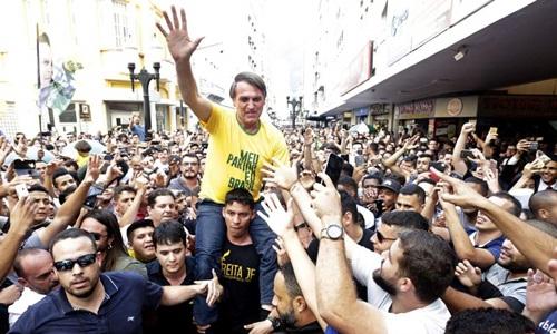 Jair Bolsonaro được người ủng hộ vây quanh trước khi bị tấn công. Ảnh: AP.