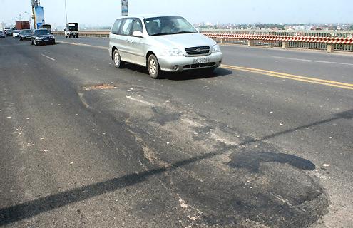 Mặt cầu Thăng Long đã được sửa chữa nhiều lần song chưa bền vững. Ảnh: Phương Sơn.