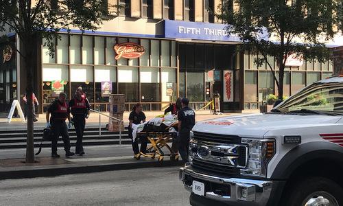 Nạn nhân thiệt mạng được đưa khỏi hiện trường vụ xả súng hôm 6/9. Ảnh: Reuters.