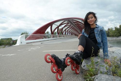 Yanise Ho di chuyển chỉ bằng giày trượt patin. Ảnh: WordPress