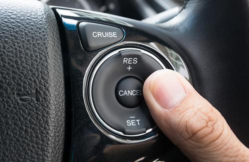 Các nút kích hoạt cruise control trên vô-lăng.