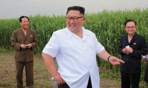 Lãnh đạo Triều Tiên Kim Jong-un (giữa) trong chuyến thị sát tại tỉnh Bắc Phyongan. Ảnh: KCNA.