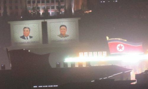 Quảng trường Kim Il-sung sáng đèn trong buổi tập luyện đêm 6/9. Ảnh: NK News.