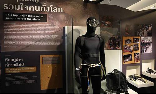 Hình nộm thợ lặn mang mặt nạ dưỡng khí cùng các hiện vật và hình ảnh trong chiến dịch giải cứu hồi đầu tháng 7 được trưng bày tại khu triển lãm ở thủ đô Bangkok. Ảnh: Facebook/Siam Paragon.
