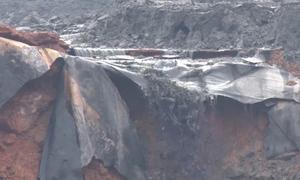 Vỡ đập, 45.000 mét khối chất thải tràn ra môi trường