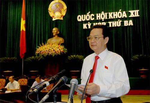 Thủ tướng Nguyễn Tấn Dũng báo cáotại kỳ họp quyết định mở rộng Hà Nộinăm 2008. Ảnh: TTXVN.