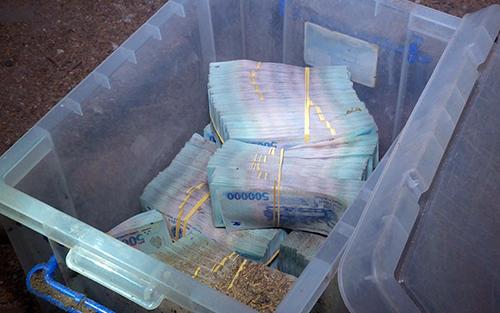 Số tiền cướp được chúng đào đất chôn để giấu được cảnh sát thu hồi 3,7 tỷ đồng. Ảnh: An Phước