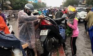 Đường Sài Gòn ngập sâu, người dân khiêng xe máy vượt dải phân cách