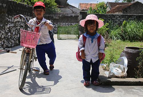 Hai chị em Nhung và Hòa. Ảnh: Nguyễn Hải.