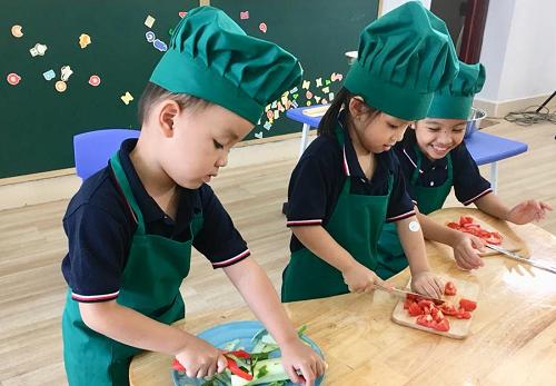 Tiết học nấu ăn tại KidsPlanet mang lại sự thích thú cho trẻ.