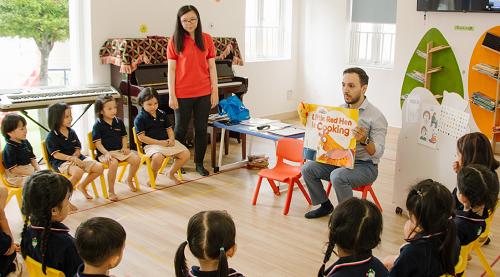 Các bé tại KidsPlanet học tiếng Anh qua các bài hát, trò chơi với người bản ngữ.