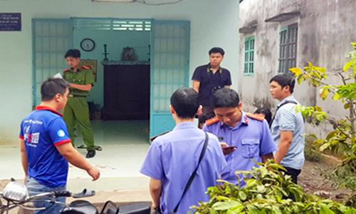 Cảnh sát khám nghiệm hiện trường. Ảnh: Tiền Giang.