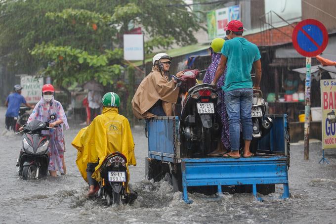 Giao thông Sài Gòn rối loạn trong cơn mưa lớn cuối tuần