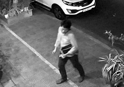 Người đàn ông Hàn Quốc trong bộ dạng say xỉn đi lại nhiều vòng trước khi đột nhập vào xe ô tô. Ảnh: Cắt từ camera an ninh.