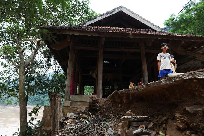 Thủy điện xả lũ cuốn trôi hàng chục ngôi nhà