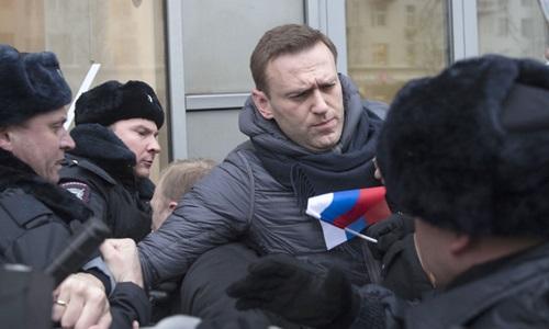 Alexei Navalny bị bắt tại Moskva khi tham gia một cuộc biểu tình bất hợp pháp kêu gọi tẩy chay bầu cử tổng thốnghồi tháng một. Ảnh: AP.