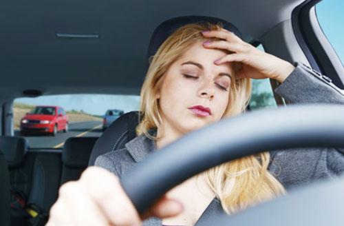 Rất nguy hiểm khi cơn buồn ngủ ập đến lúc đang lái xe. Ảnh minh họa: ST.