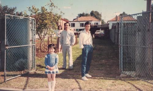 Thảo cùng bố mẹ và chú tại Australia năm cô 6 tuổi. Ảnh: NVCC.