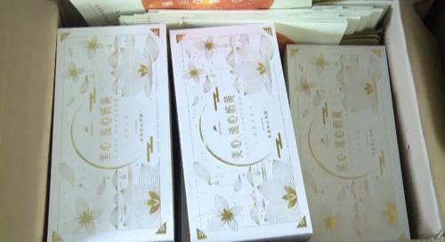 Bánh trung thu trứng muối tan chảy Meixin rởm được đóng gói nhãn mác giống hệt bánh thật, kèm mã QR. Ảnh: Đài truyền hình Thâm Quyến.