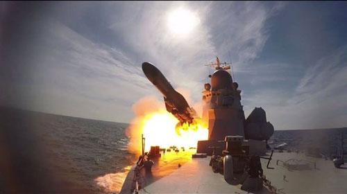 Tàu hộ vệ Nga phóng tên lửa trong cuộc tập trận mới đây trên Địa Trung Hải. Ảnh: Sputnik.