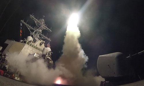 Tàu chiến Mỹ phóng tên lửa Tomahawk vào Syria trong cuộc không kích hồi tháng 4. Ảnh: US Navy.
