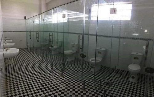 Nhà vệ sinh xuyên thấu.