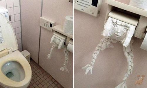 Khi bạn quên mang điện thoại di động vào nhà vệ sinh.