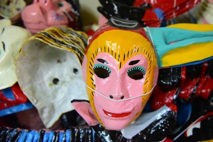 Gia đình 40 năm giữ nghề mặt nạ giấy bồi ở phố cổ Hà Nội
