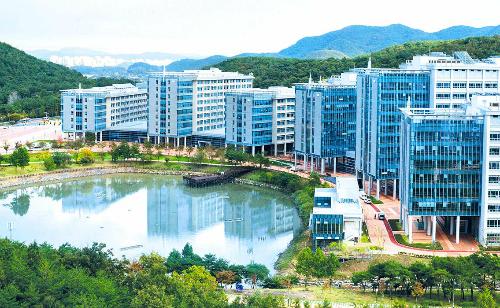 Khuôn viên Viện Khoa học công nghệ quốc gia Ulsan (Hàn Quốc). Ảnh: THE