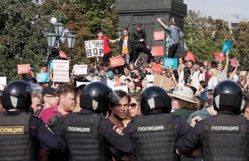 Người biểu tình tập trung tại quảng trường trung tâm Pushkin ở thủ đô Moskva hôm 9/9. Ảnh: AP.