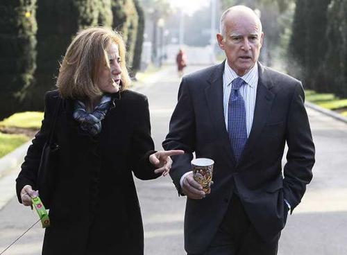 Thống đốc bang California Jerry Brown và vợ Anne Gust Brown. Ảnh: Los Angeles Times.