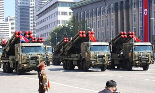 Pháo phản lực phóng loạt KN-09 của Triều Tiên xuất hiện trên quảng trường Kim Nhật Thành trong lễ duyệt binh hôm 9/9. Ảnh: NK Pro.